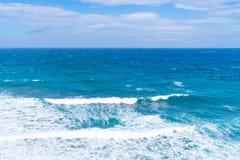 Ansicht von Ägäischem Meer mit den Wellen, die aginst das Ufer, Santorini-Landschaft zerquetschen stockfoto