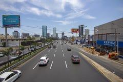 Ansicht von 'Javier Prado-'Landstraße mit mit geringem Verkehrsaufkommen lizenzfreies stockbild
