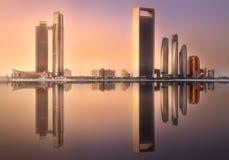 Ansicht von Abu Dhabi Skyline bei Sonnenaufgang, UAE Stockfotografie