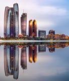 Ansicht von Abu Dhabi Skyline bei Sonnenaufgang, UAE Lizenzfreie Stockfotos