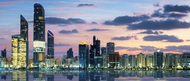 Ansicht von Abu Dhabi Skyline bei Sonnenuntergang Lizenzfreies Stockbild