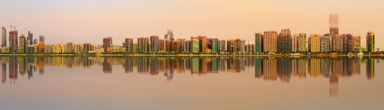 Ansicht von Abu Dhabi Skyline bei Sonnenuntergang, UAE Stockfoto