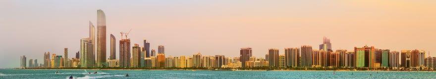 Ansicht von Abu Dhabi Skyline bei Sonnenuntergang, UAE Lizenzfreies Stockfoto
