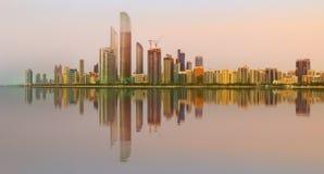 Ansicht von Abu Dhabi Skyline bei Sonnenuntergang, UAE Lizenzfreie Stockbilder