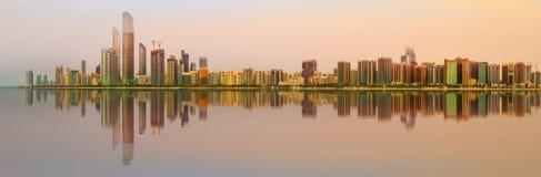 Ansicht von Abu Dhabi Skyline bei Sonnenuntergang, UAE Stockbilder