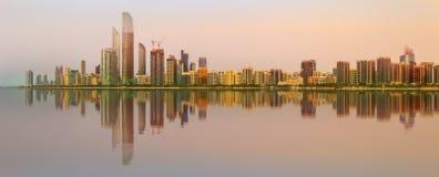 Ansicht von Abu Dhabi Skyline bei Sonnenuntergang, UAE Stockfotografie