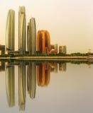 Ansicht von Abu Dhabi Skyline- und Al Bateen-Jachthafen bei Sonnenuntergang, UAE Lizenzfreie Stockbilder