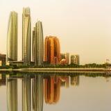 Ansicht von Abu Dhabi Skyline- und Al Bateen-Jachthafen bei Sonnenuntergang, UAE Stockfotografie