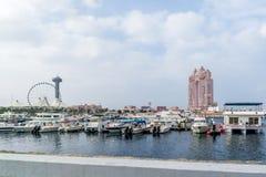 Ansicht von Abu Dhabi-Stadt berühmte Marina Mall, Jachthafenaugenrad und von Fairmont Marina Residences gegen bewölkten Himmel lizenzfreie stockbilder