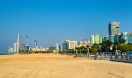 Ansicht von Abu Dhabi vom allgemeinen Strand Lizenzfreie Stockbilder