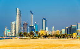 Ansicht von Abu Dhabi-Wolkenkratzern Stockfotografie