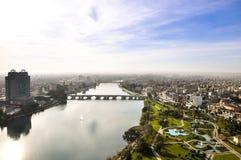 Ansicht von Adana- und Seyhan-Fluss über dem Minarett der Moschee Stockbilder