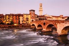 Ansicht von Adige-Fluss und von Heiligespeter-Brücke Stockfotografie