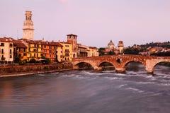 Ansicht von Adige-Fluss und von Heiligespeter-Brücke Stockfoto