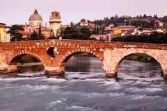 Ansicht von Adige-Fluss und von Heiligespeter-Brücke Lizenzfreie Stockbilder