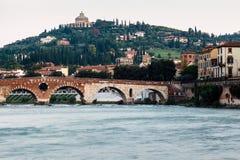 Ansicht von Adige-Fluss und von Heiligespeter-Brücke Stockbilder