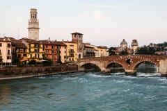 Ansicht von Adige-Fluss und von Heiligespeter-Brücke Stockfotos