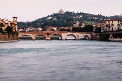 Ansicht von Adige-Fluss und von Heiligespeter-Brücke Stockbild