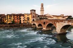 Ansicht von Adige-Fluss und von Heiligespeter-Brücke Lizenzfreie Stockfotos
