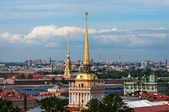 Ansicht von Admiralitäts-Gebäude und Peter und Paul Fortress von ` s St. Isaac Kathedrale, St Petersburg, Russland Lizenzfreies Stockbild