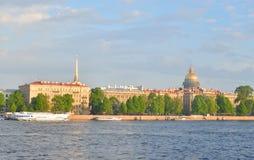 Ansicht von Admiralteiskaya-Damm und von Fluss Neva Stockfotografie