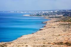 Ansicht von Agia Napa, von Klippen und von blauen Meer, das berühmte resor lizenzfreies stockfoto