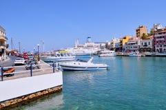 Ansicht von Agios Nikolaos-Stadt mit ihr ` s Hafen Viele Shops, Hotels und Bars an beiden Seiten des Hafens lizenzfreie stockbilder