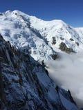 Ansicht von Aiguille du Midi auf den Wolken lizenzfreie stockfotografie