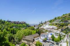 Ansicht von Alhambra mit Zigeunerhöhle Sacromonte in Granada, Andalusien, Spanien Lizenzfreie Stockfotografie
