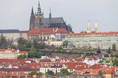 Ansicht von altem Rathaus auf Prag mit Hradcany, Prag-Schloss, Tschechische Republik Stockfotos