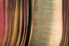 Ansicht von alten Bibelbuchseiten lizenzfreies stockfoto