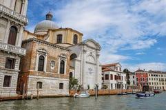 Ansicht von alten Gebäuden und von Kirche, die Grand Canal in Venedig gegenüberstellt Stockfotos