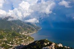 Ansicht von Amalfi-Küste in den regnerischen Wolken mit zwei Regenbogen, Italien Lizenzfreie Stockbilder