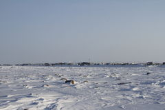 Ansicht von Arviat, Nunavut mit Schneelandschaft Lizenzfreies Stockfoto