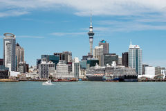 Ansicht von Auckland-Stadtskylinen von den Häfen von Auckland Lizenzfreie Stockbilder