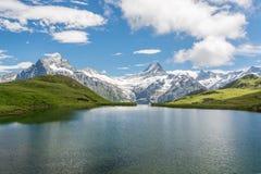 Ansicht von Bachalpsee auf Schweizer Alpen stockbilder