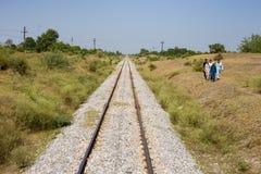Ansicht von Bahnlinie Pakistans in Peschawar und Leute lassen eine Weise laufen Stockfotos