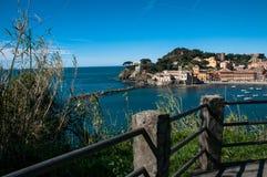 Ansicht von ` ` Baia Del Silenzio in sestri levante Genua auf einem Hintergrund des blauen Himmels Lizenzfreie Stockfotografie