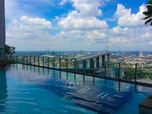Ansicht von Bangkok und von Pool am Himmel-Aufenthaltsraum Boden 41 Sommer stockfotografie