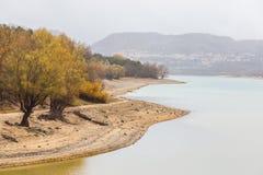 Ansicht von Barrea See fast trocken, See Barrea, Abruzzo, Italien okt lizenzfreie stockfotografie