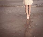 Ansicht von Beinen und von bloßen Füßen Stockfoto