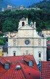 Ansicht von Bellinzona mit einer Kathedrale und einer Festung lizenzfreie stockbilder