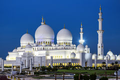 Ansicht von berühmtem Abu Dhabi Sheikh Zayed Mosque bis zum Nacht Lizenzfreies Stockfoto