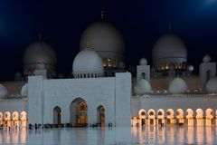 Ansicht von berühmtem Sheikh Zayed White Mosque in Abu Dhabi Stockfotos