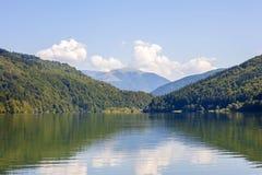 Ansicht von Bergen im Sommer mit See in der Front Lizenzfreie Stockbilder