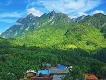 Ansicht von Bergen und von Dörfern stockfoto