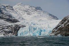 Ansicht von Bergen und von blauen Eisbergen Lizenzfreie Stockfotos