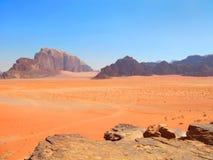 Ansicht von Bergen und von Wüste in Wadi Rum, Jordanien Lizenzfreie Stockfotos