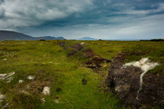 Ansicht von Bergen vom Sumpfland auf Achill-Insel, Co mayo Stockfotos