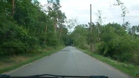 Ansicht von beweglichem Auto auf dem Wald stock video